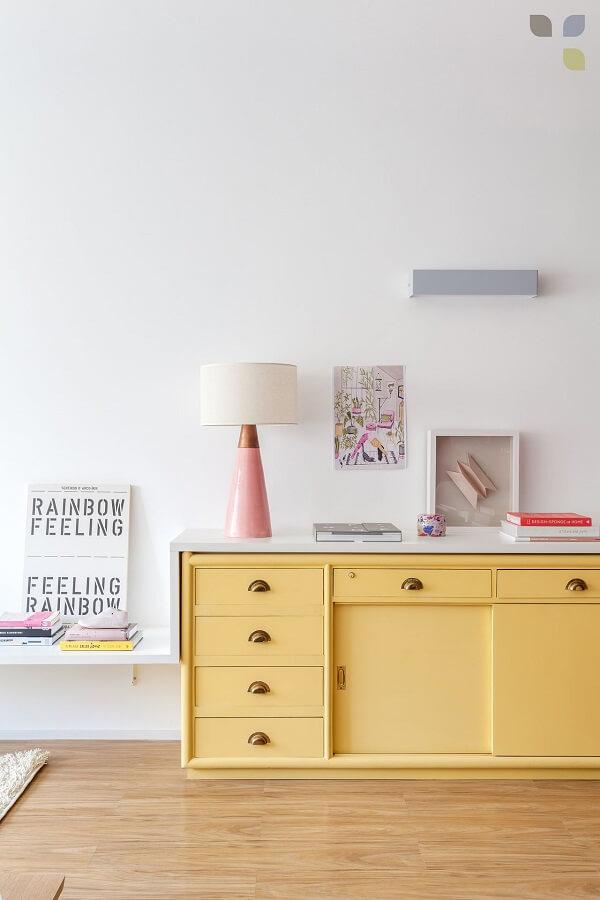 O aparador de sala amarelo ilumina a decoração do ambiente