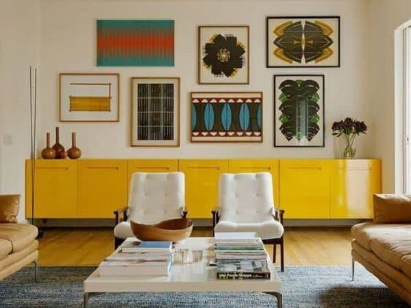 O aparador de sala amarelo se encaixa perfeitamente nesse projeto