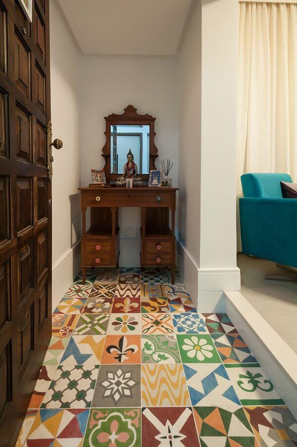 O azulejo antigo colorido dá as boas vindas aos visitantes na parte de entrada