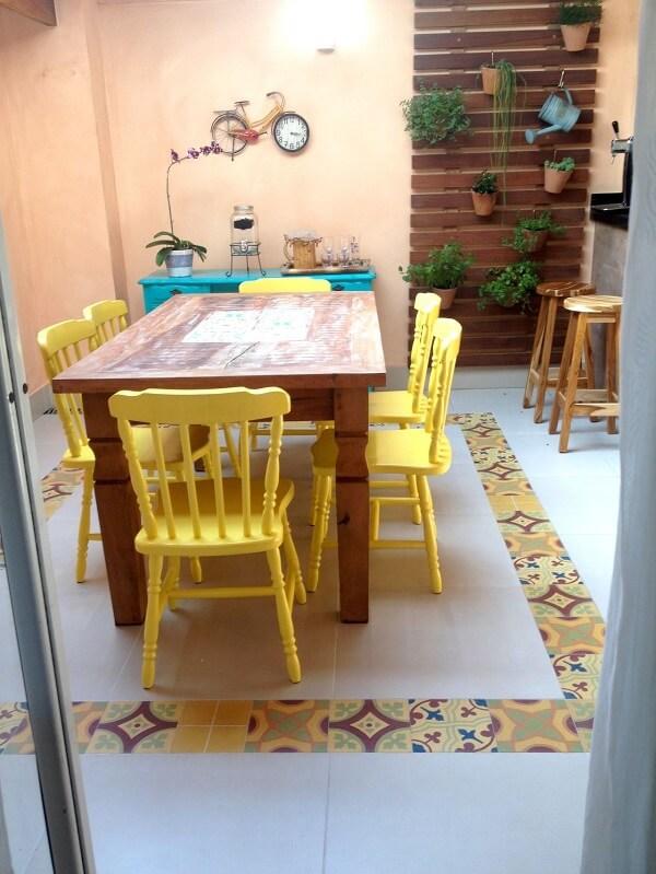 O azulejo antigo colorido delimita a área da mesa de jantar