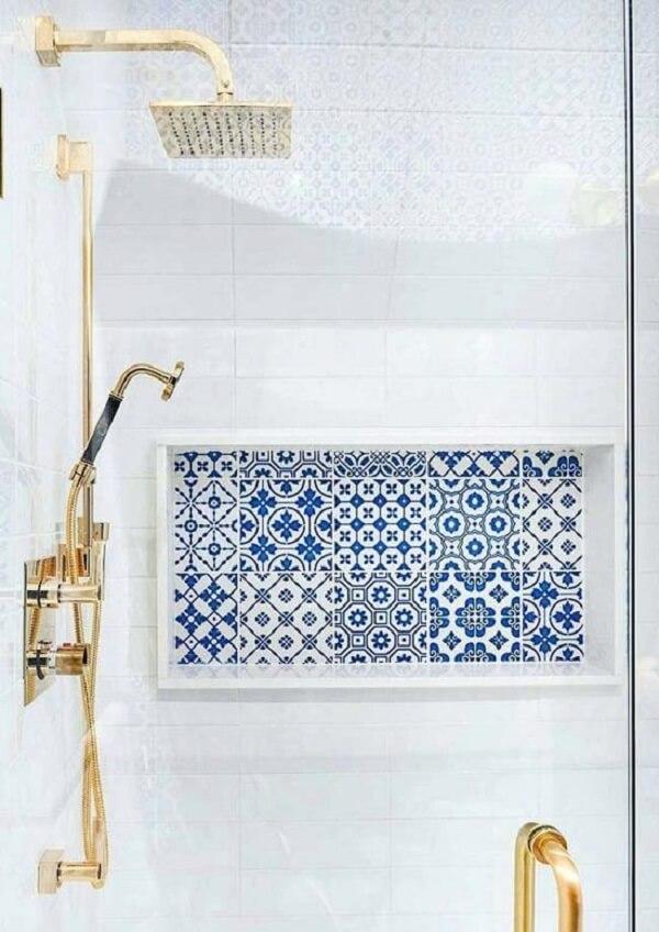 O azulejo antigo dentro do box trouxe um toque elegante para a decoração