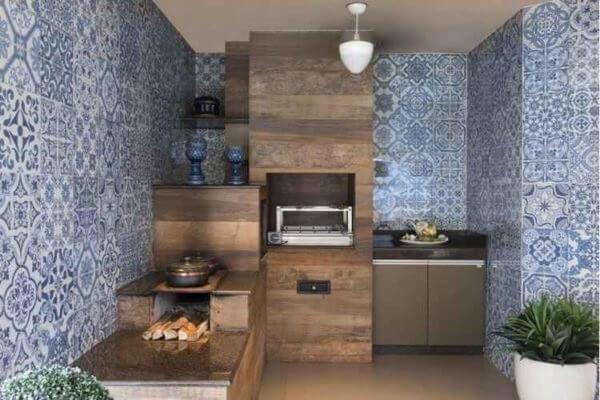 O azulejo antigo reveste toda a parede dessa área gourmet