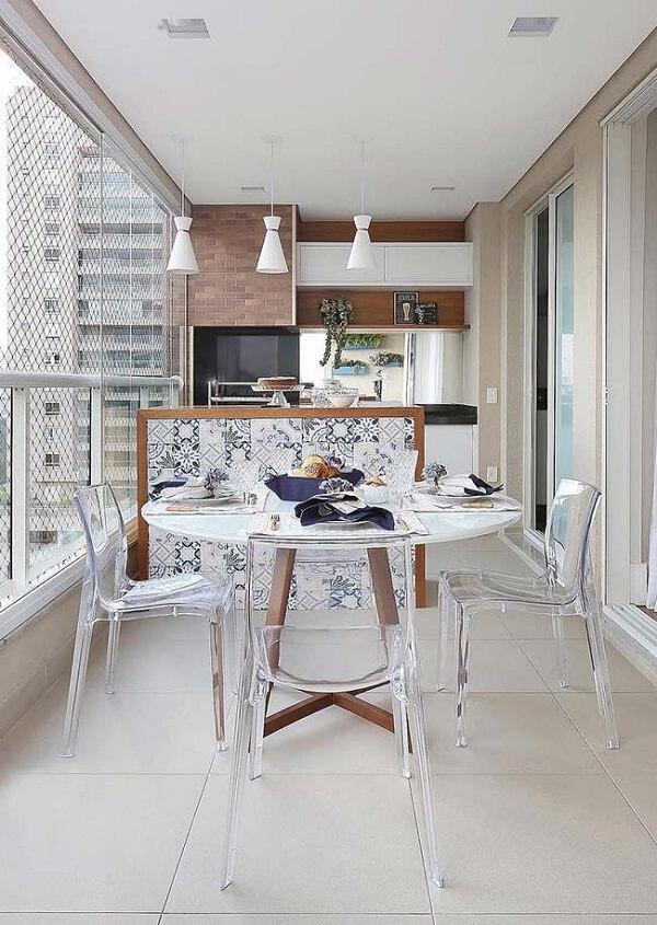 O azulejo antigo se destaca no acabamento da bancada dessa área gourmet
