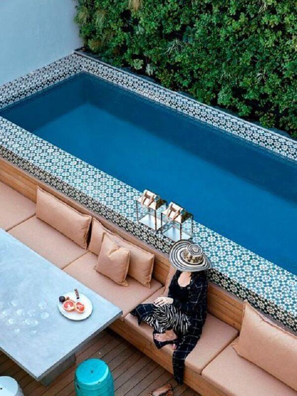 O azulejo para borda de piscina se destaca na área externa