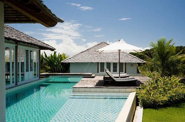 O azulejo para piscina 30x30 com superfície estampada forma uma linda composição