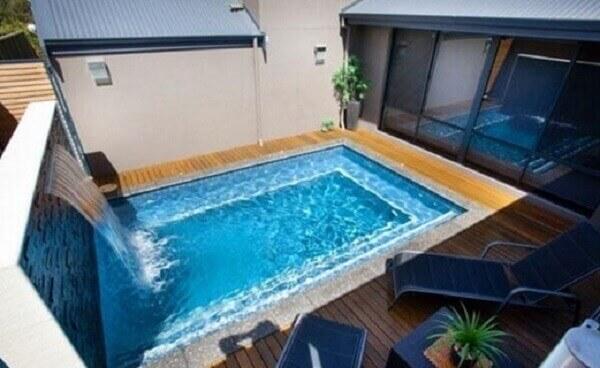 O azulejo para piscina azul se harmoniza com a decoração do projeto