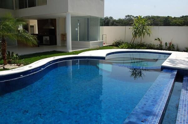 O azulejo para piscina de alvenaria apresenta um bom custo benefício