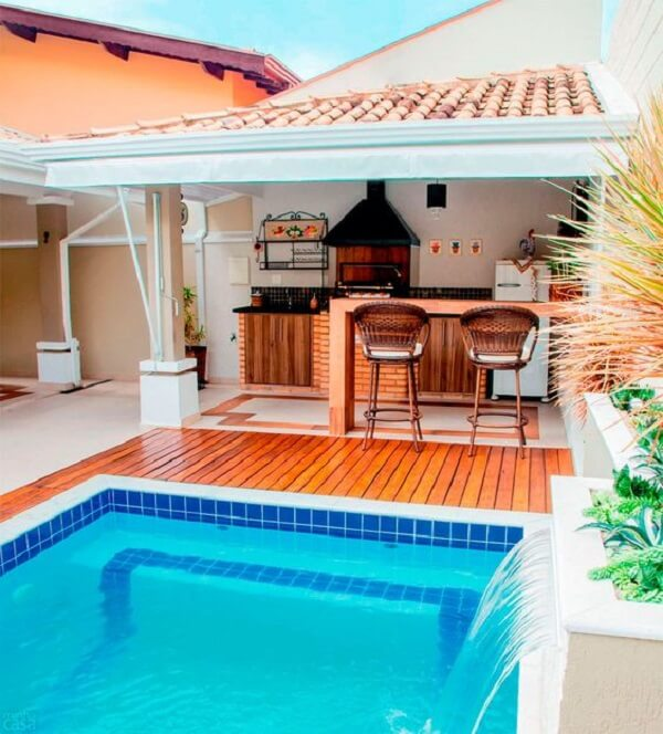 O azulejo para piscina decora o espaço dessa área de lazer pequena