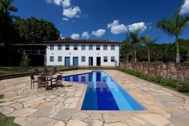 O azulejo para piscina em tons de azul encanta a decoração dessa área externa