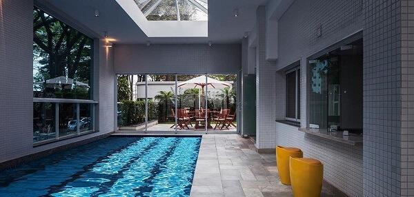 O azulejo para piscina foi o revestimento escolhido para essa área de lazer