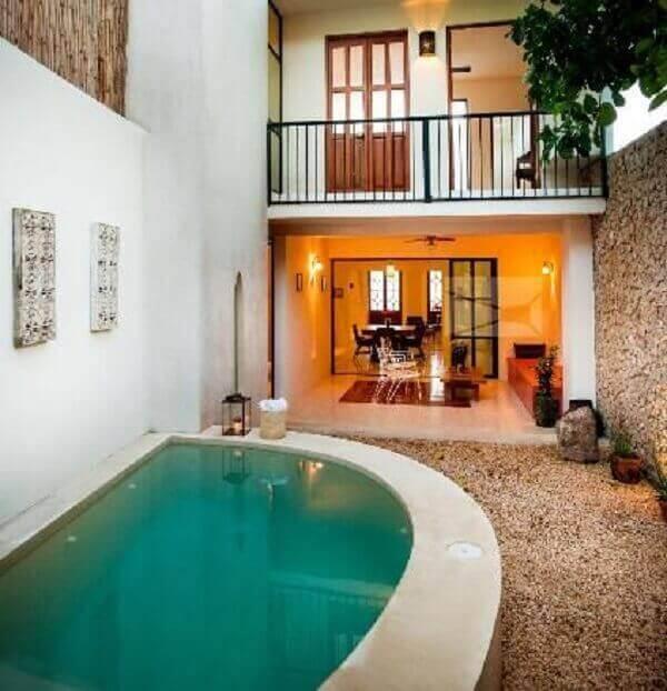 O azulejo para piscina verde traz um charme a parte para esse projeto