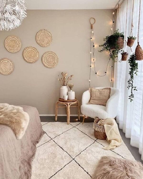 O cordão de luz atrás da poltrona decorativa pé palito traz um destaque especial para o quarto