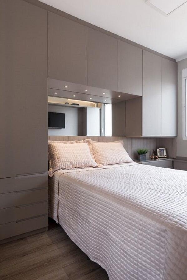 O criado-mudo planejado faz parte desse projeto de cama embutida com guarda-roupa