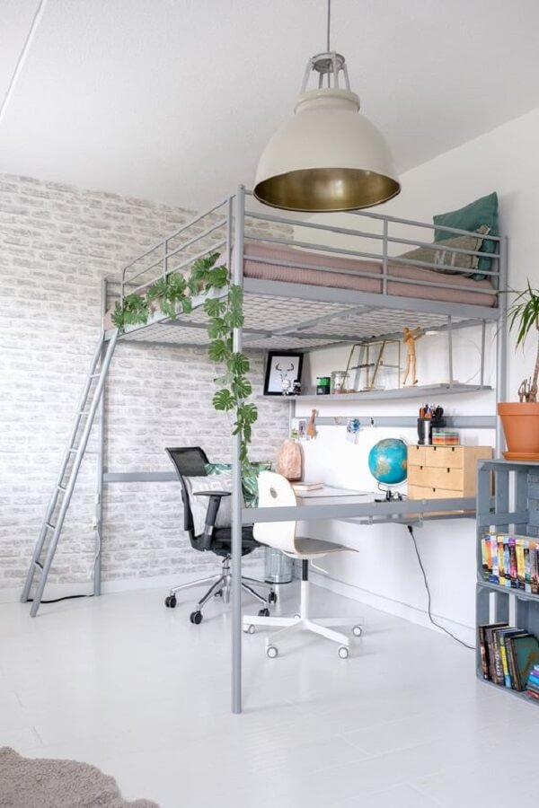 O escritório foi montado embaixo da cama casal mezanino