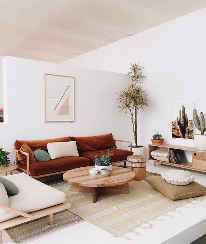 O estilo japandi faz uso de móveis e objetos em madeira, bambu, vime, cerâmica