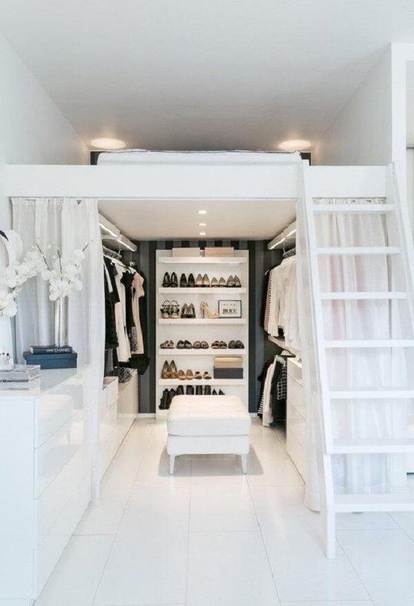 O mezanino com cama favorece a criação de um closet mesmo no quarto pequeno