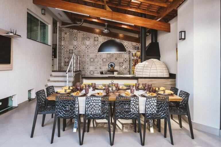 O pendente para área gourmet preto se conecta com a decoração do espaço