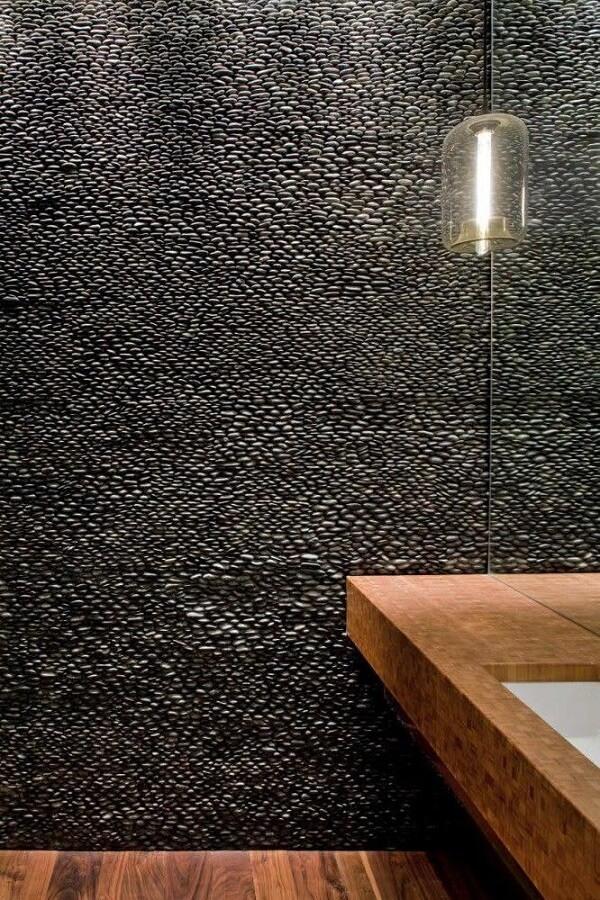 O revestimento de parede do lavabo foi feito com seixos pequenos