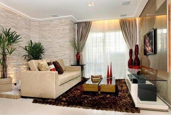 O revestimento de pedra para sala de estar foi feito com filetes de pedra São Tomé