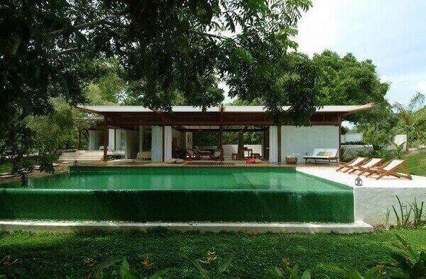 O revestimento escolhido foi o azulejo para piscina verde