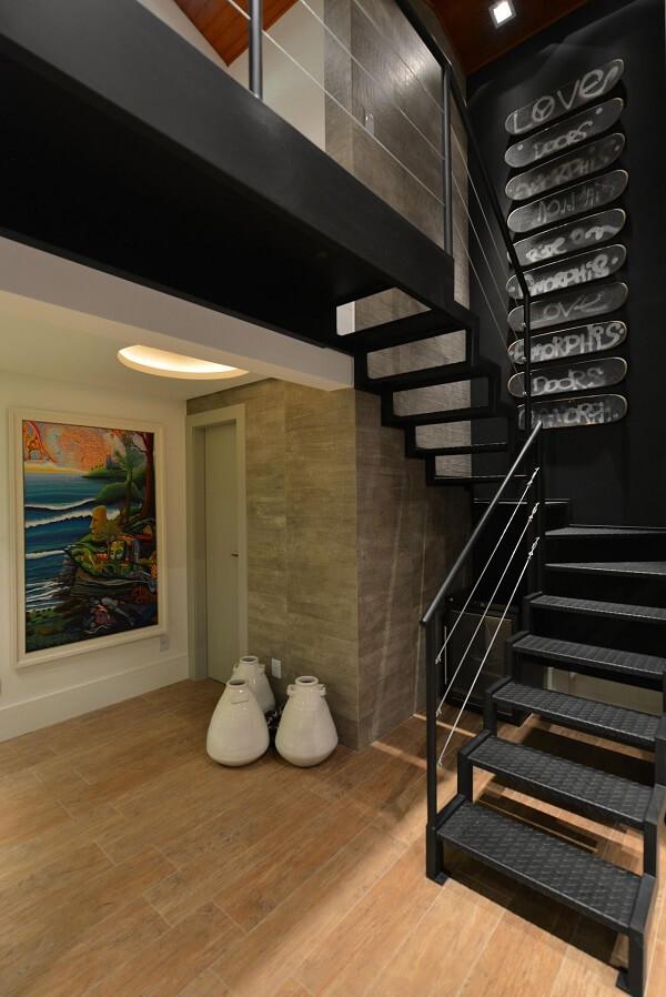 O revestimento para escada de ferro traz um toque dark para a decoração