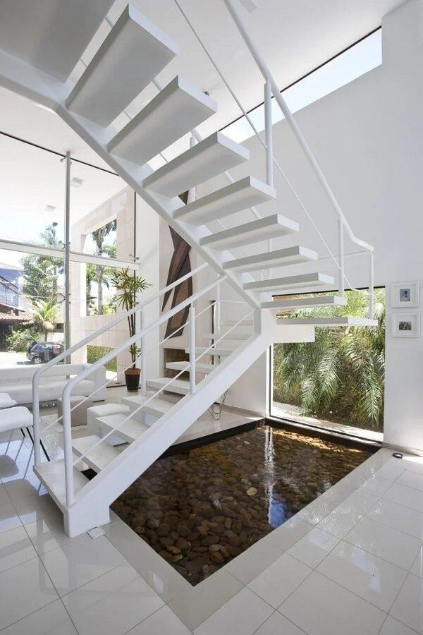O revestimento para escada em ferro pintado com uma demão de tinta branca trouxe um toque clean para o ambiente