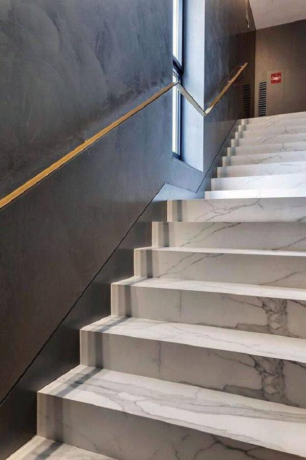 O revestimento para escada interna em mármore é sofisticação pura