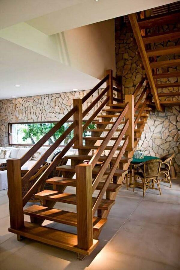 O revestimento para escada interna em madeira se conecta diretamente com a decoração rústica