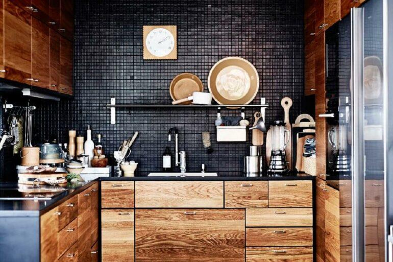 O revestimento pastilha preta trouxe um contraste interessante para o ambiente com móveis em madeira