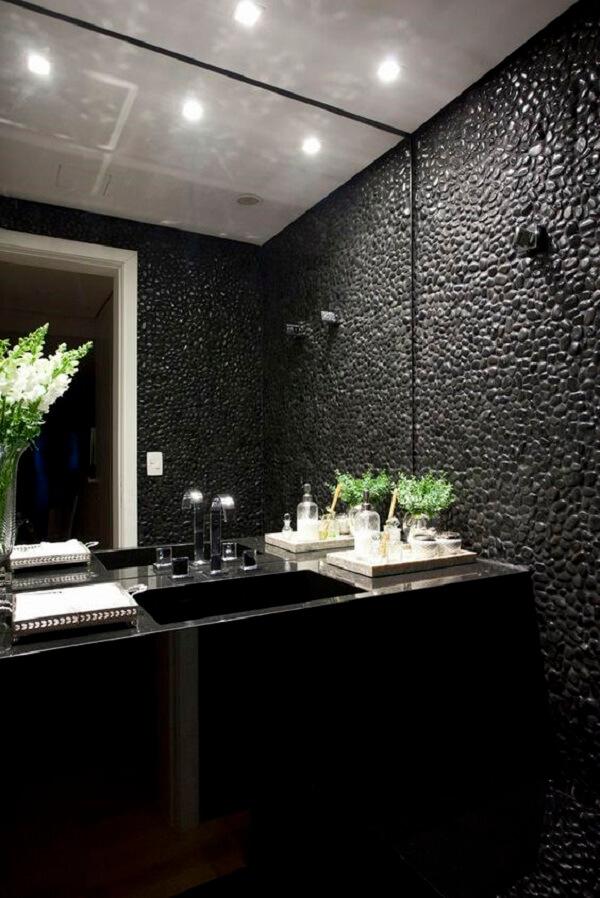 O seixo preto usado como pedra de revestimento deixa o banheiro ainda mais luxuoso