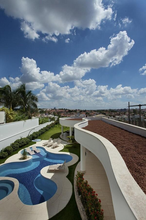 Observe como o azulejo azul para piscinas se destaca na foto aérea