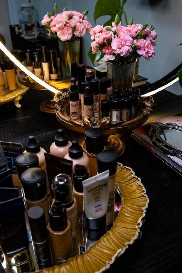 Organize suas maquiagens com bandejas sobre a penteadeira preta