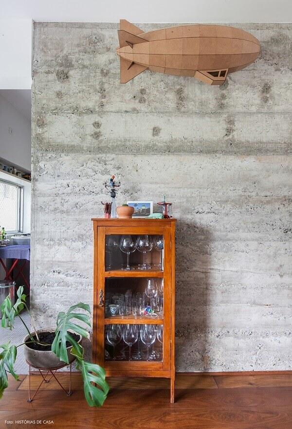 Organize taças e copos na cristaleira rústica pequena