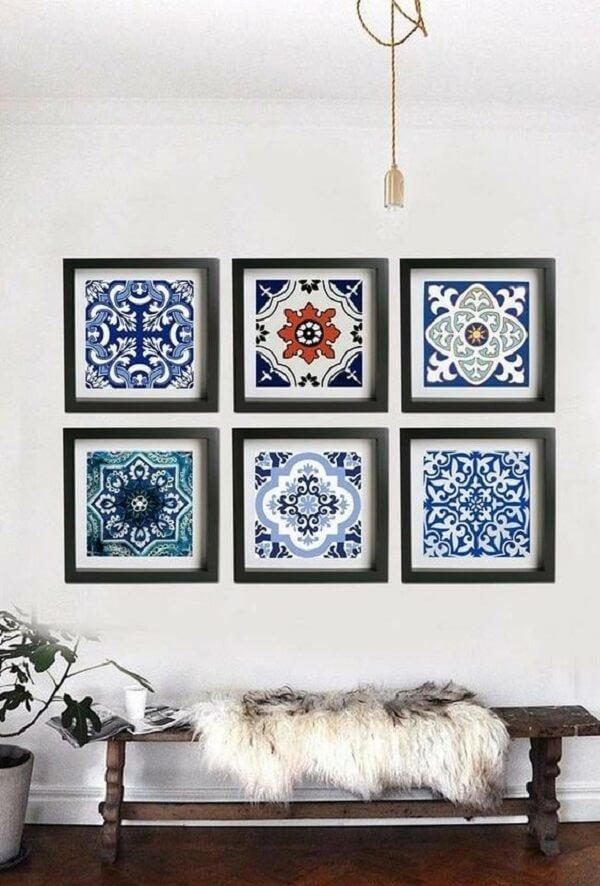 Os azulejos antigos ganharam molduras e passaram a ser usados como quadros na parede