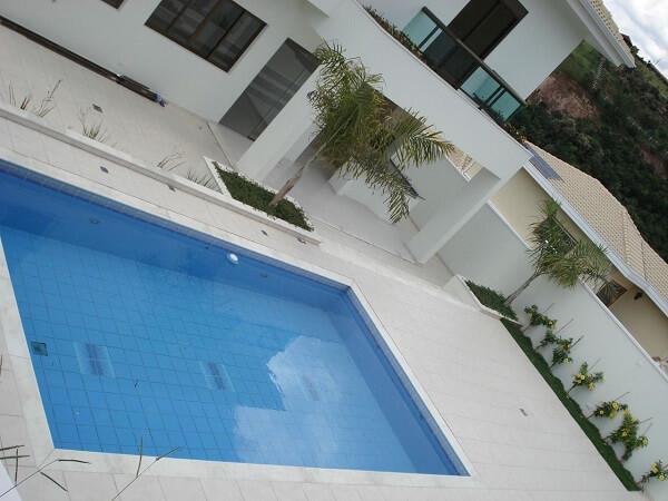 Os azulejos para piscina devem ser instalados por um profissional especializado