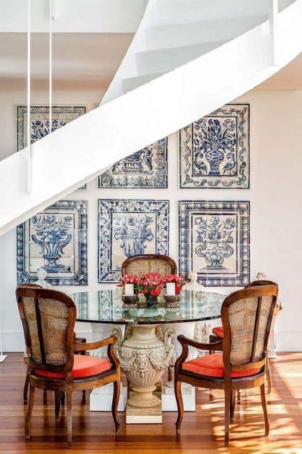 Os azulejos portugueses antigos dessa sala parecem quadros na parede