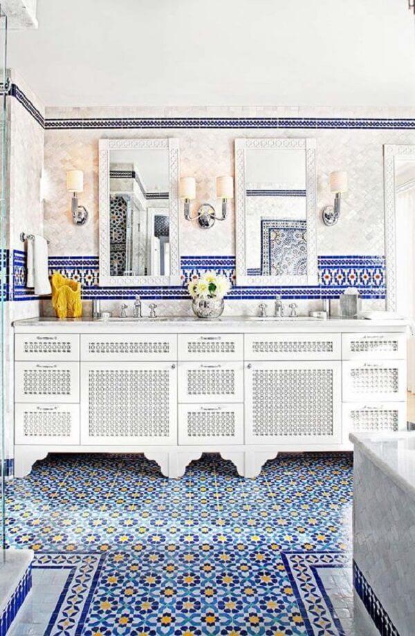 Os azulejos portugueses antigos invadem com estilo a decoração desse banheiro