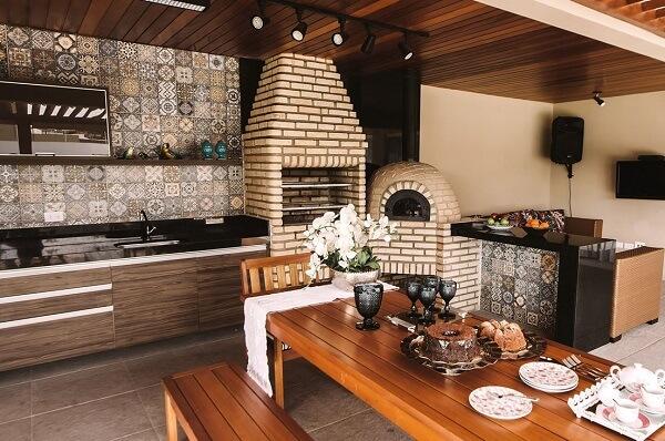 Os pisos e azulejos antigos são muito utilizados para revestir as áreas de churrasqueira