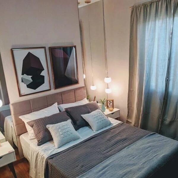 Os quadros com estampas geométricas e a mesa de cabeceira retrô dão um ar charmoso ao cômodo