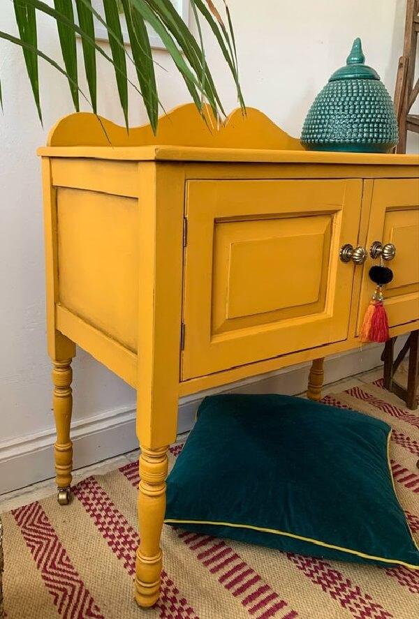 Os rodízios trazem mobilidade para o aparador amarelo
