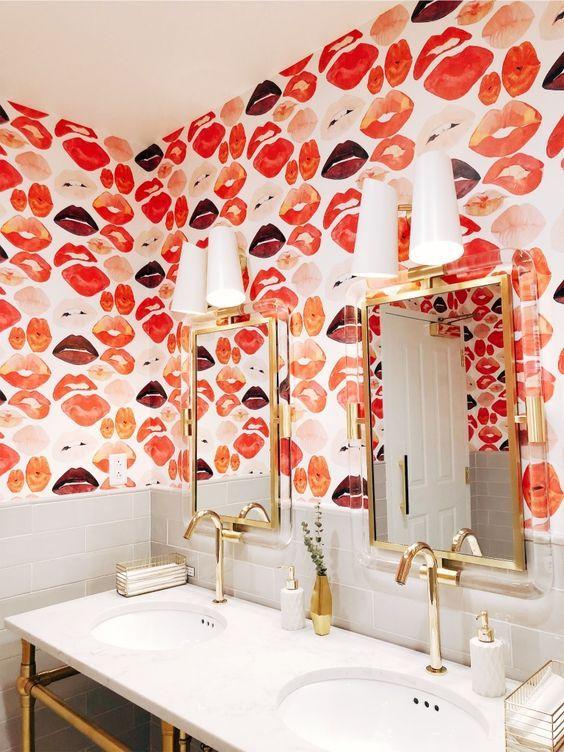 Papel de parede coral e vermelho para banheiro moderno