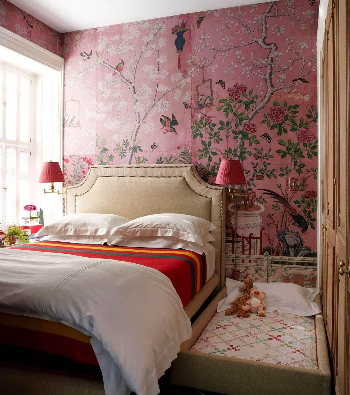 Papel de parede rosa com flores e passarinhos