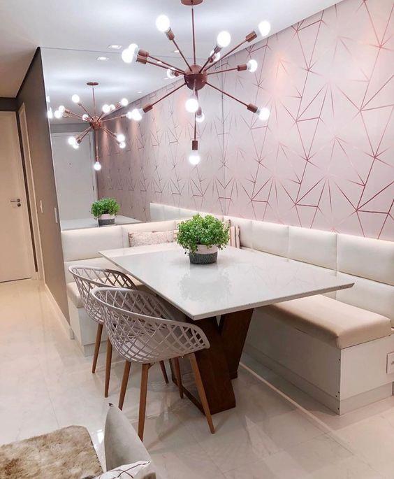 Papel de parede rosa com formato geométrico na sala de jantar