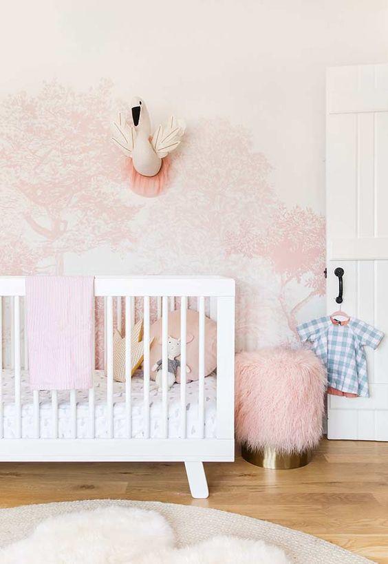 Papel de parede rosa e branco no quarto infantil