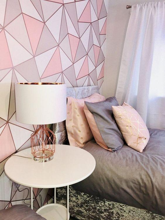 Papel de parede rosa e cinza com detalhes em rose gold