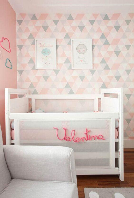 Papel de parede rosa e cinza para quarto infantil