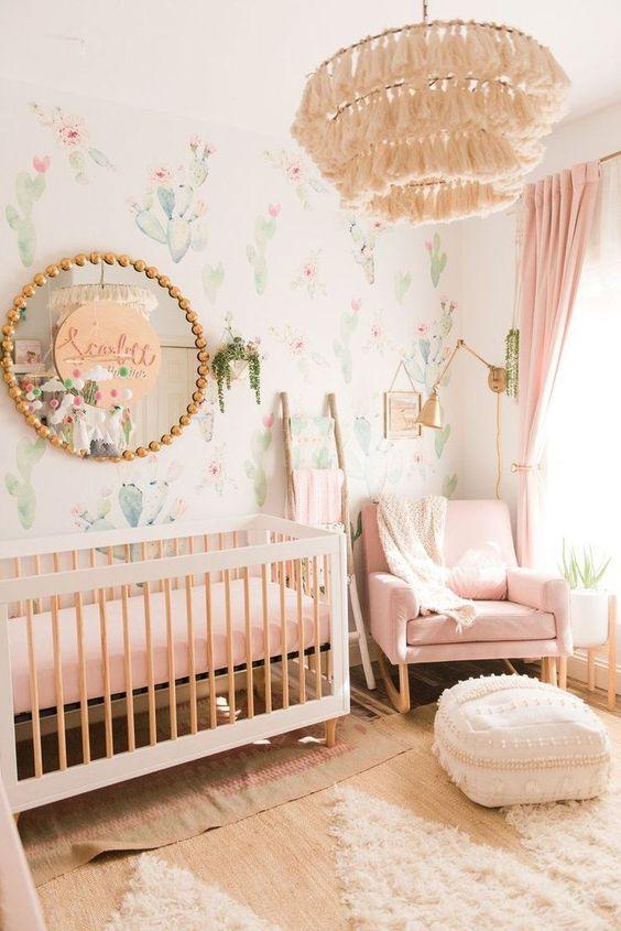 Papel de parede rosa e verde para quarto de bebê
