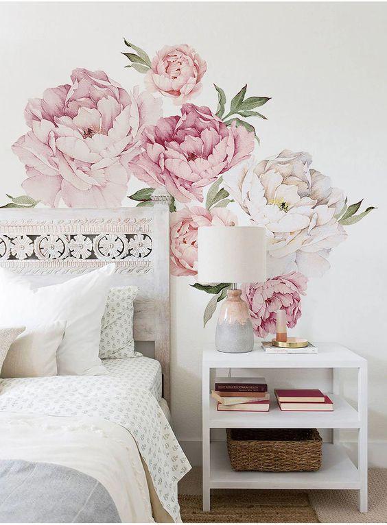 Papel de parede rosa floral no quarto moderno