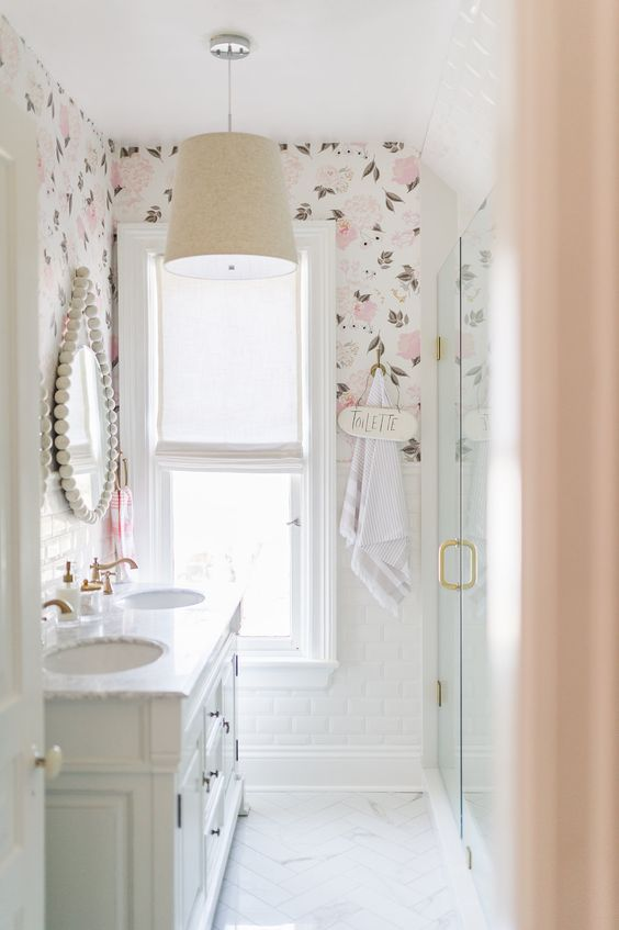 Papel de parede rosa no banheiro