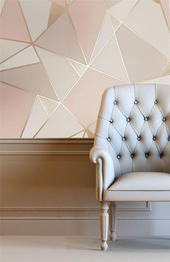 Papel de parede rose gold geometrico e poltrona bege